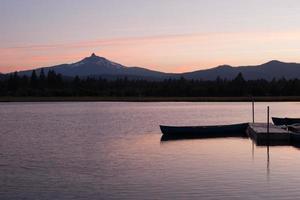 lac au coucher du soleil