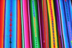 Textiles mayas du Guatemala colorés au marché d'Antigua