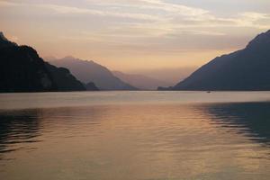 coucher de soleil sur le lac suisse photo