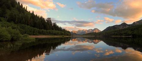 coucher de soleil sur le lac d'argent