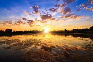 puissant lac au lever du soleil