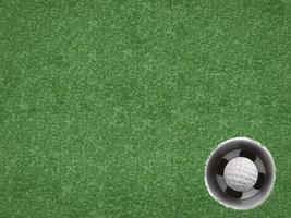 balle de golf dans la tasse de golf sur vert photo