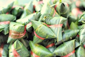 riz gluant enveloppé dans des feuilles de bananier - dessert thaïlande.