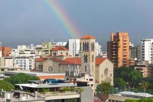église chiquinquirá à caracas, venezuela, avec un arc-en-ciel
