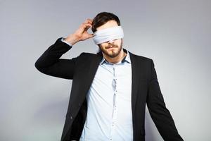 homme élégant aux yeux bandés photo