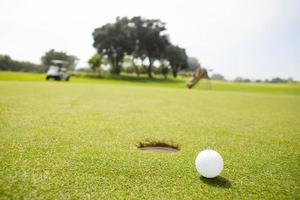 balle de golf près du trou photo