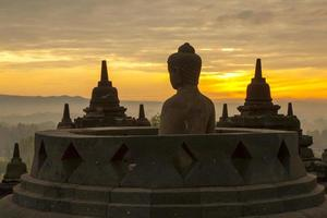 Temple de borobudur au lever du soleil. photo