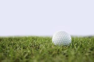 balle de golf sur le parcours isoler photo