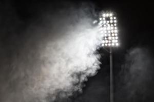 lumières du stade et fumée photo