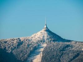 hôtel et émetteur plaisanté avec une piste de ski photo