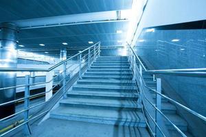 Escalier bleu vide dans le centre commercial d'affaires