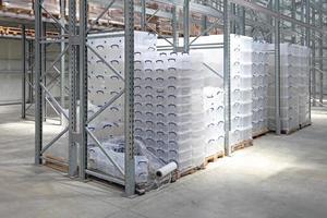 boîtes en plastique dans l'entrepôt photo