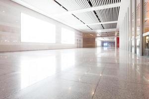 Long couloir vide dans l'immeuble de bureaux moderne avec panneau d'affichage photo