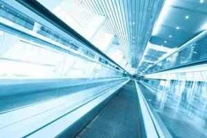 centre commercial couvert d'escalator photo