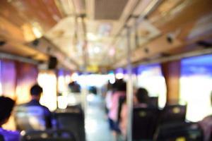 image floue de personnes dans un bus photo