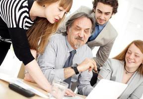 gens d'affaires travaillant en équipe au bureau photo