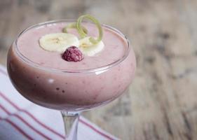 smoothie de banane et de rhubarbe avec du yaourt photo