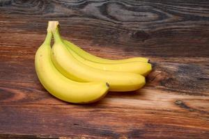 bananes sur fond de bois