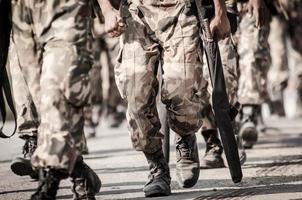 courir des soldats portant des armes photo