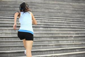 athlète coureur courir dans les escaliers. photo