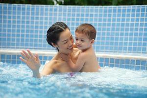 famille dans un bain à remous