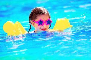 mignon petit bébé nager dans la piscine photo