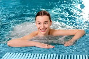 femme dans la piscine photo