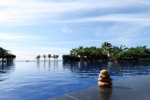 pile de pierre au bord de la piscine photo