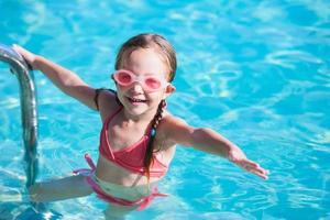 petite fille à la piscine photo