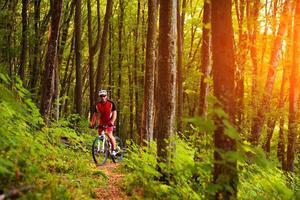 cycliste de vélo de montagne équitation en plein air photo