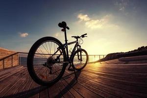 silhouette de vélo de montagne au coucher du soleil photo
