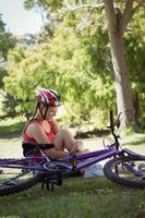 femme blessée après un accident de vélo photo