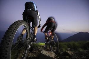 Mountaingike en descente de nuit - mouvement flou photo