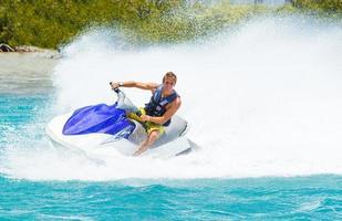 homme sur jet ski