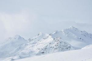 beau paysage d'hiver avec des montagnes enneigées photo