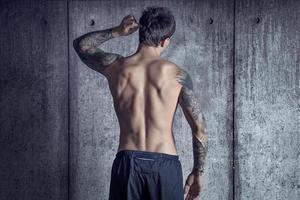 sportif parfait de dos dans le grenier photo