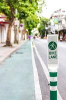 Signe de piste cyclable sur route photo