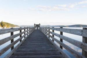 Passerelle en bois dans le port de l'île d'Orcas photo
