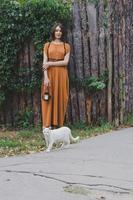fille et chat blanc photo