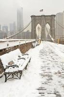 banc de pont de Brooklyn dans la neige photo