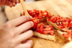 confection de bruschettas aux tomates photo