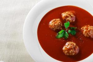 soupe aux tomates avec boulettes de viande photo