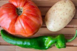 tomate, pomme de terre et poivre.