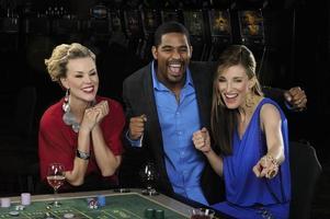 amis célèbrent leur bonne chance dans un casino photo