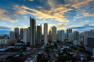 Paysage urbain de Bangkok, quartier des affaires au crépuscule, Bangkok, Thaïlande