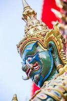 géant devant le temple