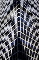 ombre du bâtiment sur la façade en verre de grande hauteur photo