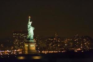 statue de la liberté dans la nuit photo