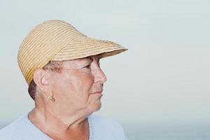 femme portant un chapeau de paille photo