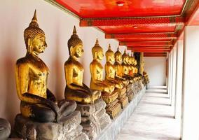 Bouddha dans le temple de wat pho bien séquentiellement photo